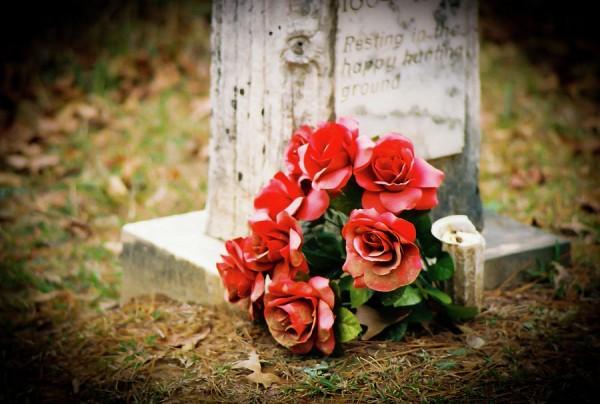 roses-on-grave-600x404.jpg